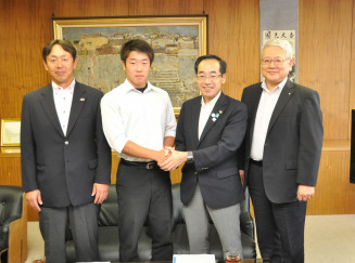 高橋敏彦市長と握手し全国大会での活躍を誓う山田大晟主将(左から2人目)ら