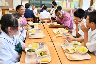 ケレビさん夫妻とフィジー給食を食べながら交流する生徒ら