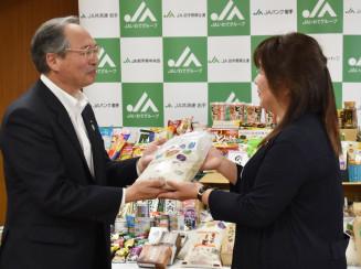 山屋理恵代表に食品を贈呈する阿部勝昭副会長(左)
