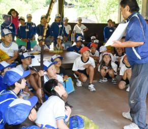 武田吉孝さん(右)の説明に聞き入る児童たち