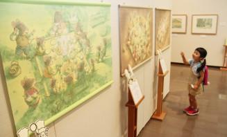 会場では絵本の一場面をパネルや原画で紹介。作家のアトリエや美術館の紹介もある=花巻市、萬鉄五郎記念美術館