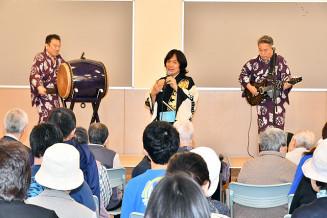 威勢良く演奏する(左から)三条史郎さん、河内家菊水丸さん、石田雄一さん