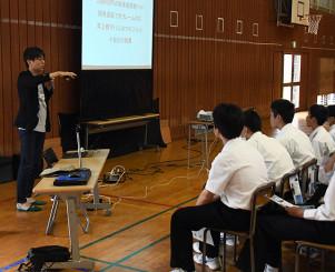行動することの大切さを説く小友康広社長(左)