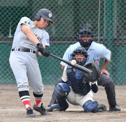 大槌-盛岡農 7回表大槌2死二、三塁、古川が右越えに2点適時二塁打を放ち、6-1とリードを広げる。捕手大志田、球審馬渕=県営