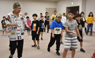 SHUHOさん(左)からダンスを教わる参加者