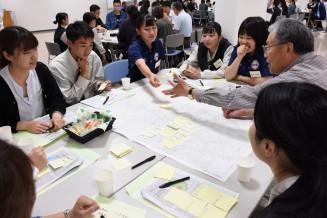 幅広い年代の視点で意見を交わすきたかみ未来創造会議の参加市民