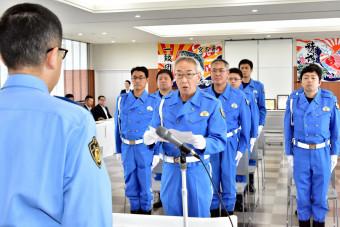 島村英本部長(左)に決意を述べる佐藤喜博分駐隊長(中央)