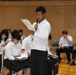 原爆詩を朗読する生徒