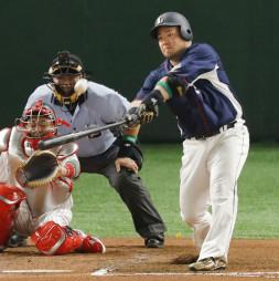 6回全パ2死、山川穂高が左越えに2者連続本塁打を放つ。捕手中村=東京ドーム