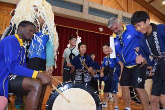 青笹しし踊りを通じて交流を深める青笹小児童とブラジルチーム