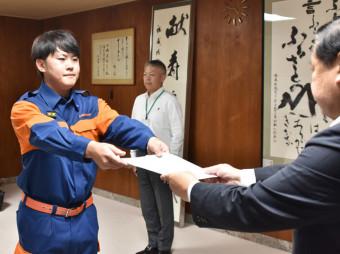 谷藤裕明市長から認証状を受け取る山崎彩斗さん(左)
