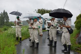 耕作放棄地を調査する農業委員ら