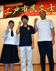 舞台の成功へ意気込む(右から)野辺地龍一さん、古舘航太さん、大谷ちひろさん