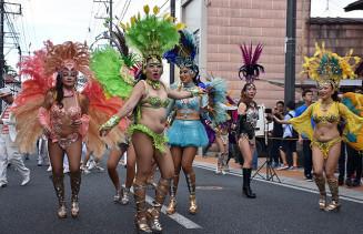 情熱的なダンスで沿道の観客を魅了したサンバパレード