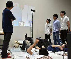 最優秀賞を受賞した「サイバー床リンピック~2019~」を実演する一関高専の学生ら