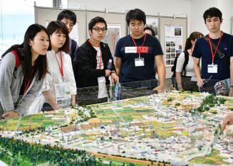 東日本大震災前の村のジオラマ模型を見ながら、震災の影響に理解を深める学生たち
