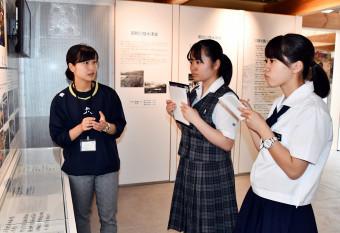 震災を経験した菊池のどかさん(左)から教訓を学ぶ斉藤愛さん(右)と佐藤優水さん