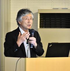 城山公園で栽培が進む桑が健康を支える可能性について講演する鈴木幸一岩手大名誉教授