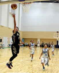 親善試合でゴール前に攻め込む高田一中の選手(左)