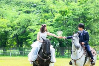 菊池江梨加さんが撮影した猪又優香さん(左)の結婚写真。豊かな自然を背景にして、馬と共に門出の瞬間を切り取る(菊池さん提供)