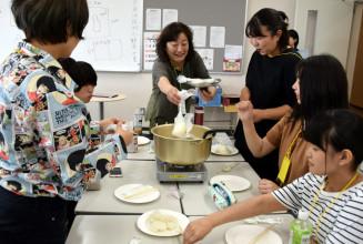 停電を想定し、カセットコンロを使った炊き出しを体験する学生ら