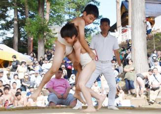 大更小児童による白熱の取組で盛り上がった奉納相撲大会