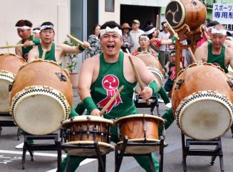 太鼓を力強く打ち鳴らし、観客を魅了した宮古市の山口太鼓の会