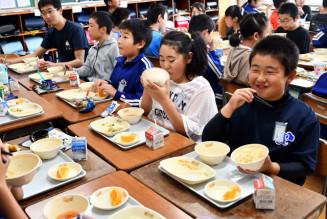 荒海ホタテを使った給食を楽しむ野田小の児童