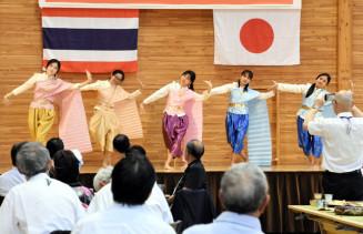 日・タイ文化交流会でタイの舞踊を披露するタマサート大の学生たち