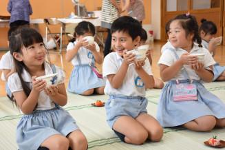 お茶の味に驚く双葉幼稚園の園児