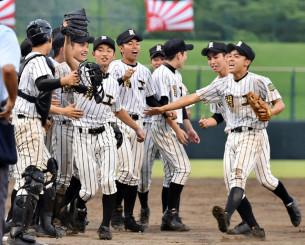 盛岡大付-一関工 競り合いを制して喜びながら整列する一関工の選手たち。平野(手前左から2人目)が好投した=県営