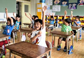 担任教諭の「夏休みが楽しみな人」の問い掛けに元気に手を挙げる金沢小の1年生=19日、一関市花泉町