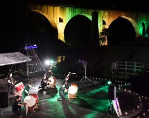ライトアップされためがね橋をバックに若い力が躍動した昨年のライブ