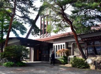 切妻屋根と壁面に木材を張ったハーフティンバー風の意匠が特徴の後藤伯記念公民館