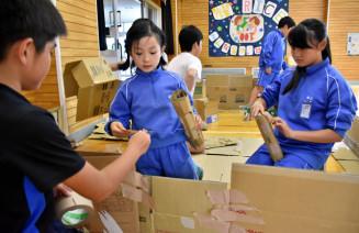 段ボールを使って避難スペースを作る柳沢小・中の児童生徒
