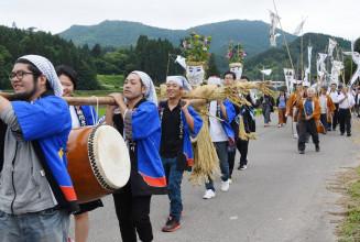 威勢の良い掛け声を響かせ、地区内を練り歩く横間虫追い祭りの行列