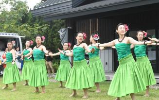 フラダンスを披露するオハナ・ICSのメンバー