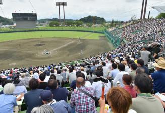 大船渡の佐々木朗希投手を見たいと訪れた野球ファンらで埋まったスタンド=21日、盛岡市三ツ割・県営球場