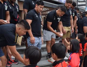 選手に記念品を手渡す盛岡ラグビースクールの子どもたち