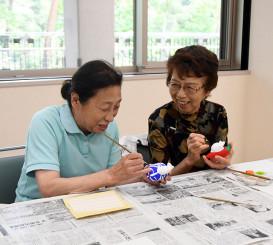 花巻人形の絵付けを楽しむ参加者