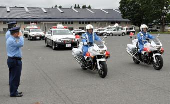 田園型事故の抑止活動に出発する県警交通機動隊員や各署員ら