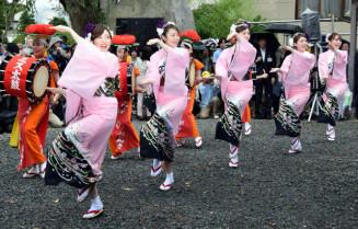 盛岡さんさ踊りの安全と成功を願い、華麗な舞を披露するミスさんさ踊りら