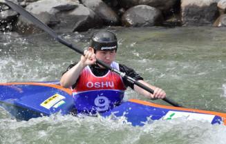 昨年の大会で水しぶきを上げながら急流をこぎ下りる男子選手。今年は国内トップクラスの選手が熱戦を繰り広げる=奥州いさわカヌー競技場