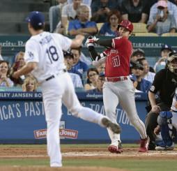 ドジャース戦の2回、代打で右前に先制打を放つエンゼルス・大谷翔平。投手前田=ロサンゼルス(共同)