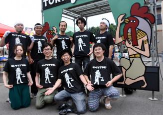 鶏肉産地をPRするTシャツを製作した九戸村商工会青年部のメンバー