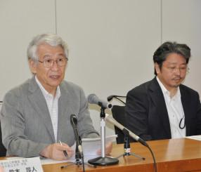 ILC誘致を巡る国内外の近況について説明する鈴木厚人学長(左)と山下了特任教授