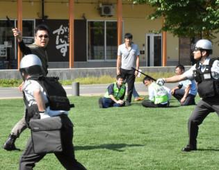 刃物を持ったテロリスト役に対応する警備員