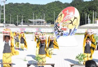 釜石の魅力を描いた写真撮影スポット前で虎舞を披露する園児