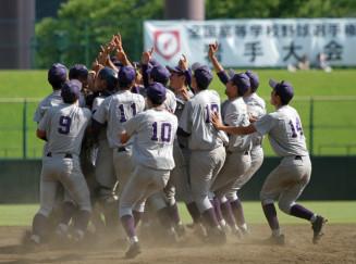 甲子園切符を手にしマウンドに集まって喜びを爆発させる花巻東の選手