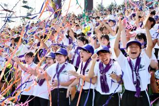 学校初の大会連覇が決まった瞬間、紙テープを投げて喜びを爆発させる花巻東の応援団=25日、盛岡市・県営球場
